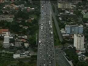 Chuva e queda de árvores complicam o trânsito em vários pontos do Rio - Muitos sinais ficaram sem energia. Motoristas enfrentam engarrafamento na Linha Amarela, na Radial Oeste, na Linha Vermelha e na chegada ao Gasômetro.