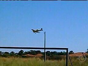 Estudante flagra o momento em que o avião despejou agrotóxico sobre escola - A polícia de Rio Verde, em Goiás, teve acesso a um vídeo feito momentos antes de um avião despejar agrotóxico em uma escola, na última sexta-feira. Trinta e sete pessoas, entre alunos e professores, se intoxicaram.