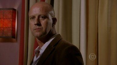 Almir desconfia que há uma escuta no quarto da boate - Jô se arrisca, mas consegue dar um sinal para o colega