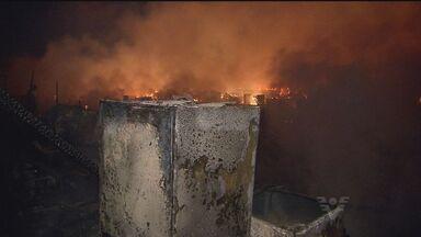 Incêndio na comunidade México Setenta, em São Vicente - O fogo destruiu 350 barracos na comunidade.