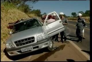 Motorista perde controloe da direção e capota na BR-365 em Montes Claros - Segundo motorista, outro veículo invadiu a pista contrária ocasionando o acidente.