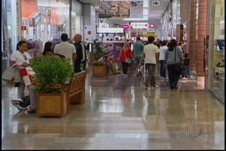 Shopping fica movimentado na véspera do Dia das Mães - Mesmo com a movimentação nas lojas do shopping os vendedores não estavam satisfeitos. De acordo com os lojistas o movimento foi fraco. A expectativa é que os consumidores vão as compras à noite.