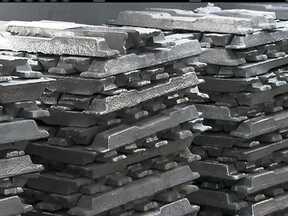 Polícia recupera 35 toneladas de alumínio que tinham sido roubadas de uma empresa em SP - A carga estava neste galpão na rua Jabuticabal, no Tatuapé. A operação do Deic, o departamento que investiga o crime organizado, foi no começo da tarde. O produto tinha sido roubado de uma empresa de Itaquaquecetuba, na última segunda-feira (6).