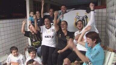 Família de São Vicente fica dividida na torcida pelo título do Campeonato Paulista - Moradores da Vila Valença torcem juntos, em lados opostos