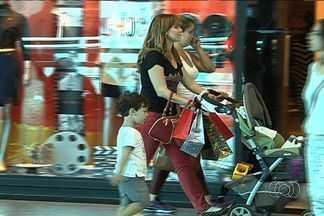 Pesquisa aponta que filhos devem gastar mais no presente das mães este ano - Aumento é estimado em relação ao ano passado, em Goiânia.Quem procurou o comércio de rua encontrou várias opções de preço.