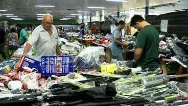 Em Sobral, filhos aproveitam bazar para comprar presentes - Em Sobral, filhos aproveitam bazar para comprar presentes. Renda será doada para Santa Casa de Misericórdia.