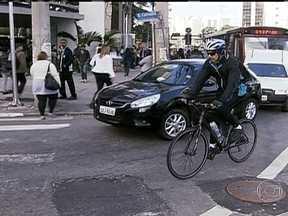 Convivência entre ciclistas e motoristas tem resultado em acidentes graves - Esse convívio complicado vira disputa por espaço, mas uma disputa com forças desiguais. Em um ponto da Avenida Paulista um ônibus atropelou e matou uma ciclista em 2009. Mas a bicicleta colocada no local como memorial não é mais a única.