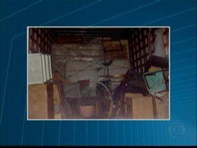 PF apreende 500 kg de cocaína na Zona Leste de São Paulo - A Polícia Federal apreendeu meia tonelada de cocaína na Zona Leste de São Paulo. A droga estava escondida no meio de um carregamento de móveis. Duas pessoas foram presas.