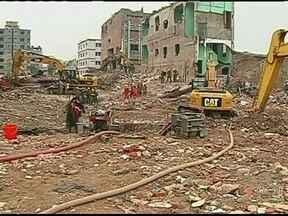 Número de mortos no desabamento de fábrica em Bangladesh chega a 1127 - Segundo o governo de Bangladesh, o número de mortos no desabamento de uma fábrica em Bangladesh chega a 1127. A jovem que sobreviveu no acidente diz que se alimentou de biscoitos encontrados nos destroços.