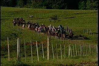 Cavaleiros viajam mais de 2 mil km para refazer as rotas dos tropeiros - Eles saíram de Minas Gerais com destino à Passo Fundo