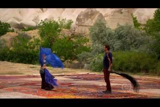 Bianca dança para Zyah - A brasileira encanta o turco