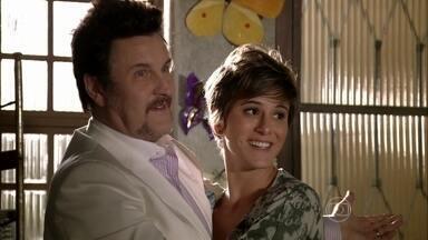 Mustafa avisa a Delzuite que Aisha ficará com ela por um tempo - O empresário oferece um emprego para Pescoço. Neuma encomenda uma jarra de suco no bar de Diva e não percebe que está sendo observada por um homem suspeito