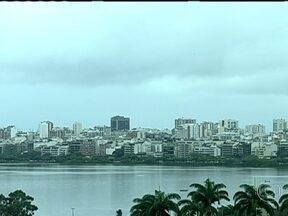 Rio tem sábado (18) de tempo fechado e chuva em alguns pontos da cidade - A frente fria foi embora, mas os ventos que vem do mar ainda deixam o céu nublado e com chuva leve em alguns pontos da cidade. As temperaturas diminuem. A máxima prevista é de 25ºC no Grande Rio. O mar fica agitado, com ondas de até três metros.