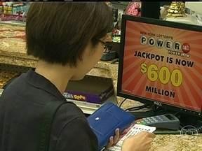 Loteria americana vai sortear um dos maiores prêmios da história - Há filas por todos os lugares que aceitam apostas, até em farmácias. O prêmio é o equivalente a R$ 1 bilhão. Boa parte do valor é retida no imposto de renda. No entanto, o vencedor pode receber cerca de R$ 800 milhões.