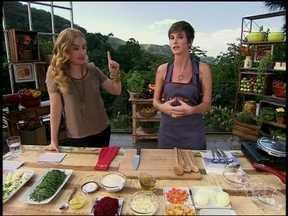 Dani Moreno mostra que arrasa na cozinha e prepara feijoada vegetariana - Atriz ainda conversa com Angélica sobre seu papel em Salve Jorge.