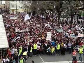 Multidão acompanha a Marcha para Jesus em Curitiba - De acordo com a Polícia Militar, 120 mil pessoas participaram do evento no Centro Cívico em Curitiba.