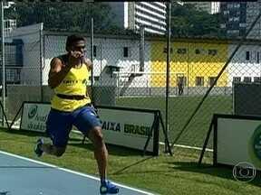 Atletas brasileiros treinam pesado para disputar os 100 metros rasos - Os 100 metros são percorridos pelos atletas de ponta em menos de 10 segundos. Para se chegar a este grupo de elite, é preciso uma preparação longa e minuciosa, que é capaz de dividir esta distância curta em quatro etapas.