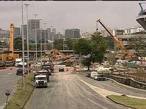 Avenida Radial Oeste é liberada após interdição no final de semana - A Radial Oeste ficou interditada o fim de semana inteiro, por causa da substituição de uma passarela que liga o estádio do Maracanã à estação de trem. No domingo (19), a avenida foi liberada.