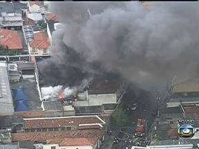 Incêndio atinge loja de pneus em São Paulo - Um incêndio atinge uma loja de pneus na Mooca, Zona Leste de São Paulo. Cerca de 18 viaturas dos bombeiros estão combatendo o fogo. Não há informações sobre o que originou o fogo.