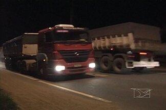 Ainda é grande o movimento de caminhões na BR-010 - Apesar da lei do descanso ter sido aprovada, o movimento de caminhões nos postos de combustível da BR-010 durante a noite é praticamente o mesmo.
