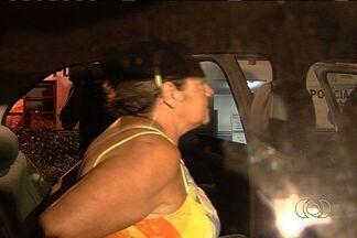 Presa por receptação, sequestradora de Pedrinho é transferida de delegacia, em Goiânia - A polícia transferiu de delegacia, na noite de quarta-feira (23), a ex-empresária Vilma Martins Costa, de 57 anos, presa com produtos furtados de uma clínica odontológica em Goiânia. Ela ficou conhecida ao ser condenada pelos sequestrados de 2 bebês.