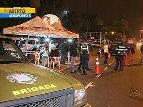 Motorista é preso ao ser flagrado dirigindo embriagado em Porto Alegre - Sete veículos foram recolhidos na noite dessa quarta-feira por irregularidades.