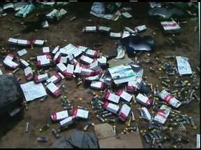 Medicamentos são encontrados em terreno baldio em Feira de Santana - Responsáveis pelo descarte podem sofrer interdição