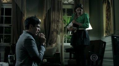 Félix confessa sua atração por homens e implora para Edith não se divorciar - Edith fica chocada ao perceber que se tornou um álibi para o marido e avisa que não continuará casada com ele. Félix promete se vingar da esposa