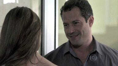 Bruno pede uma chance a Paloma - Ela se lembra do amor que sentiu por Ninho e afirma que não quer magoar o corretor. Paulinha percebe a felicidade do pai