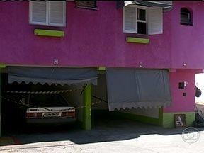 Ida de casal à motel da zona sul de São Paulo termina em tiros e morte - O porteiro do estabelecimento disse a polícia que ouviu a mulher gritando por socorro, logo depois que o casal entrou no quarto. Em seguida tiros foram disparados. O homem foi encontrado com um tiro no peito e a mulher foi baleada na cabeça.