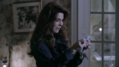 Gigi pensa em usar dinheiro de Atílio em benefício próprio - Murilo pede dinheiro para a mãe, mas Sandra aconselha a avó a pagar o conserto do encanamento da casa