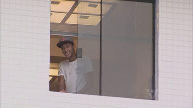 Neymar assina com Barcelona e termina novela da contratação - Craque participou da nova novela da Globo e interpretou ele mesmo ao lado de Tatá Werneck