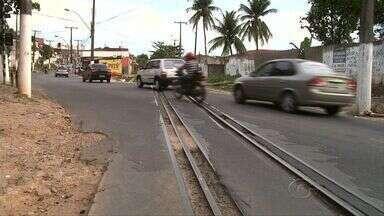 Buracos entre trilhos de trem são perigo para motociclistas de Maceió - Moradores denunciam que quando chove acidentes aumentam.