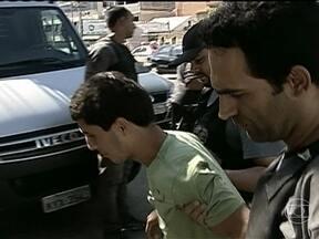 Suspeito de ter participado de tiroteio no Alemão é preso - Júlio Cesar do Nascimento, de 20 anos, estava em uma casa na Vila Cruzeiro. Uma testemunha reconheceu por fotos os cinco traficantes que, segundo as investigações, fizeram disparos na direção da base da Unidade de Polícia Pacificadora.