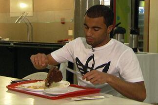 Antes da sua participação no 'Bem, Amigos', Lucas mostra que é bom de prato - Jogador do PSG mostra que tem muita fome nas férias e fala da adaptaçaõ ao futebol francês.