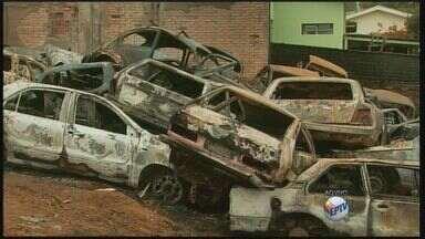 Incêndio atinge pátio de veículos em Muzambinho (MG) - Incêndio atinge pátio de veículos em Muzambinho (MG)