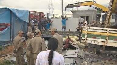Carregamento de granito desaba sobre dois operários em Manaus - Incidente aconteceu na tarde desta segunda-feira na Avenida das Torres.Segundo funcionário da empresa, granito pesava duas toneladas.