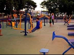 Academia inaugurada há mais de um mês recebe aparelhos em Uberlândia - Equipamentos de ginástica foram instalados nesta segunda-feira (27). Aparelhos estão situados no Bairro Santa Mônica e uso é gratuito.