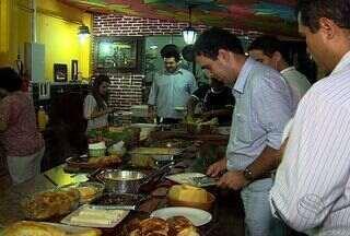 Aumenta a procura por comidas típicas do período junino, em Aracaju - Turistas provam delícias típicas do período junino.