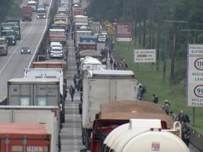 Prefeita de Cubatão suspendeu decreto que fechava pátios para caminhões à noite - A proibição provocou caos no sistema Anchieta-Imigrantes. Os caminhões vão para o porto de Santos.