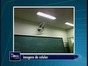 Alunos do Colégio Antônio Francisco Lisboa de Sarandi registram goteira na escola - A água cai pela lâmpada da sala de aula