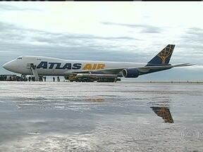 Um dos maiores aviões cargueiros do mundo aterrissa em Viracopos - O maior cargueiro que já aterrissou no Brasil tem 76 metros de comprimento e pode transportar até 135 toneladas de bagagem. O super cargueiro, da empresa Atlas, custa o equivalente a R$ 600 milhões.