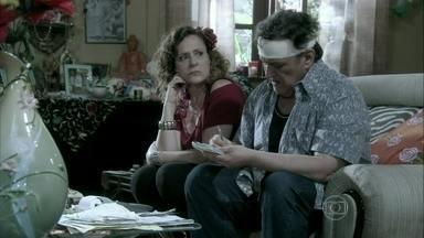 Márcia se impressiona com a habilidade de Atílio em fazer contas - Valdirene diz para a mãe que Atílio pode ser um estelionatário. Ela comenta que Carlito a convidou para um casamento e Márcia promete descobrir se é uma festa de milionários