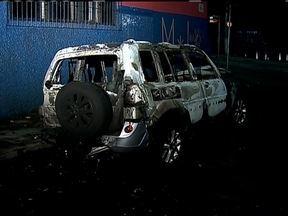 Homem é assaltado e tem parte do corpo queimado - O analista financeiro Marcelo Gonçalves da Silva foi abordada por dois bandidos, quando tentava sacar dinheiro num caixa eletrônico. Ao perceberem que o homem não tinha a quantia exigida, os criminosos atearam fogo. A vítima está internada.