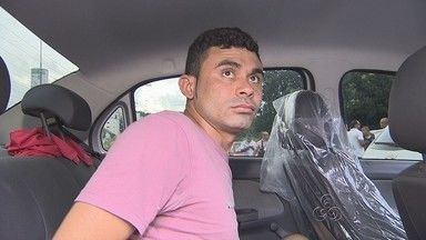 Foragido da Justiça morre após tiroteio com a polícia, em Manaus - Dupla de foragidos estava em atividade suspeita em frente a um banco.Após abordagem policial, dupla iniciou tiroteio e polícia revidou.