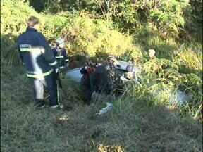 Seis pessoas ficam feridas em dois acidentes no Sudoeste - Jovens voltavam para Coronel Vivida quando sofreram o acidente. Em outro, quatro pessoas se feriram em uma batida entre dois carros.