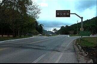 Moradores reclamam de riscos e pedem melhorias em estrada no ES - Segundo eles, falta sinalização em trevo para Afonso Cláudio na BR-262.Dnit prometeu a instalação de quebra-mola, mas obra não foi realizada.