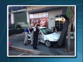 Carros batem no centro de Umuarama e um deles atropela pedestre - A pedestre está internada em estado grave. Acidente foi hoje de manhã.