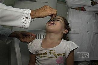 Hoje (8) é dia de vacinação contra a poliomielite - Uma doença grave, sem cura, mas que pode ser evitada apenas com duas gotinhas.Crianças de seis meses a quatro anos e onze meses devem receber a dose para ficar imunes a doença.