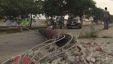 Motorista dorme ao volante e derruba poste em avenida de São Vicente - Acidente aconteceu no começo da manhã deste sábado (8)